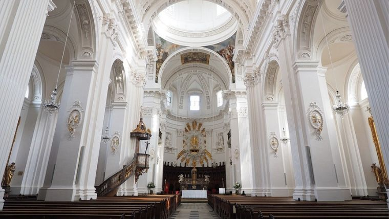 白くて美しい教会の中