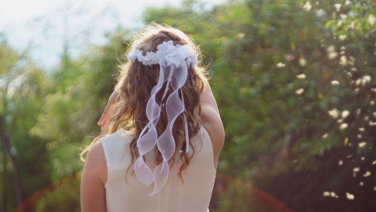 白いドレスを着た女の子の後ろ姿