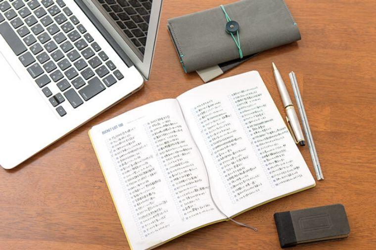 机にあるノート、パソコンとペン