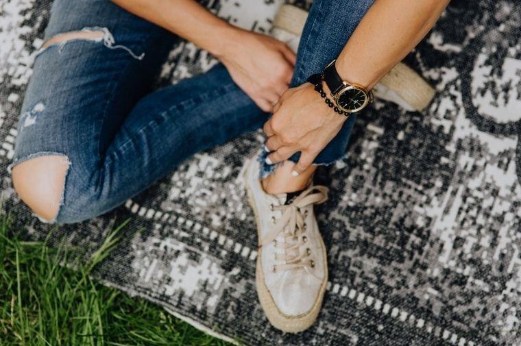 ジーンズを履いた女性の足