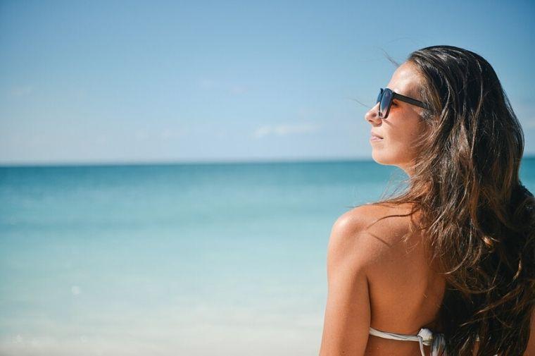 海を見ている、水着姿の女性