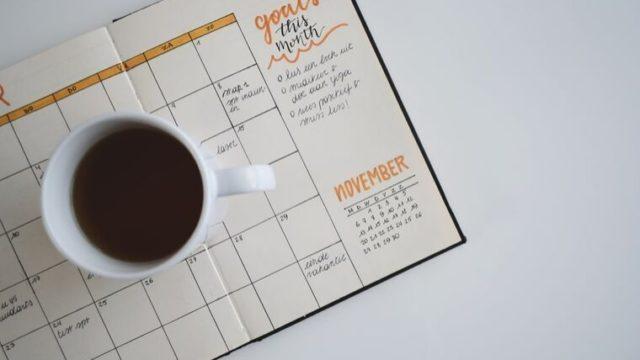 スケジュール表とコーヒー
