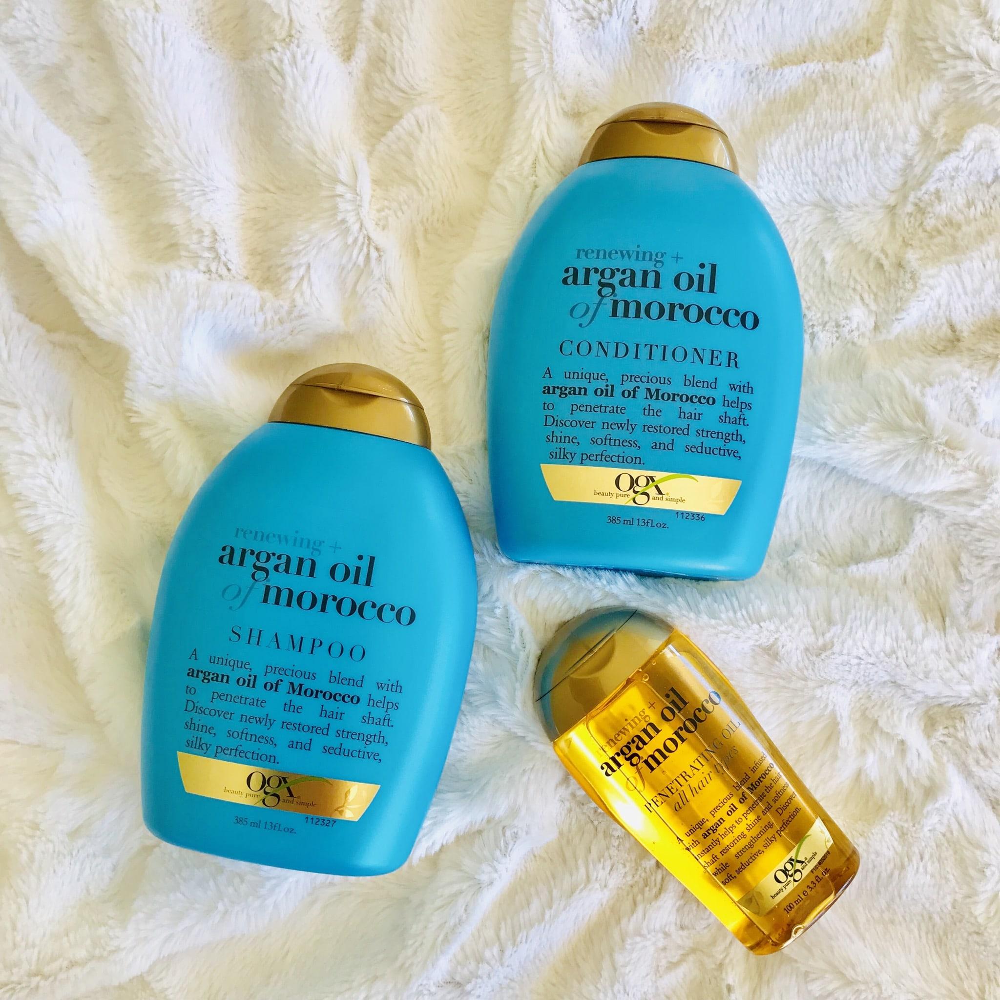ターコイズブルーのシャンプーとリンスと金色のヘアオイルが並んでる