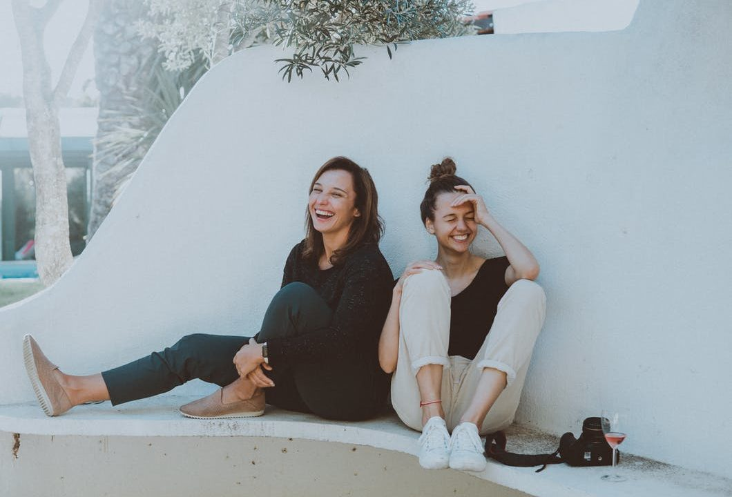 2人の女性が笑っている
