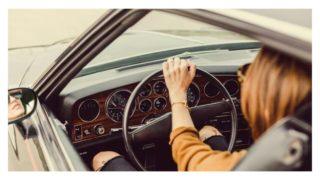 女性が車を運転している