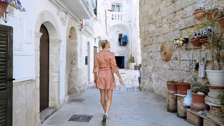 ピングのドレスの女性の後ろ姿