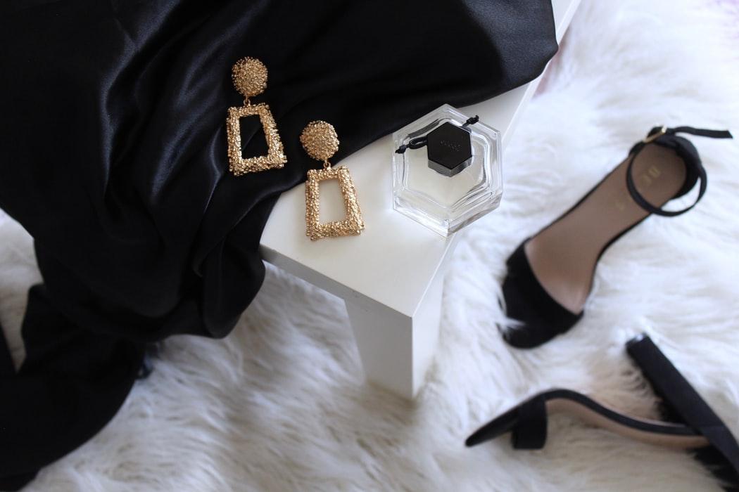 黒いドレスとハイヒールとゴールドのピアス