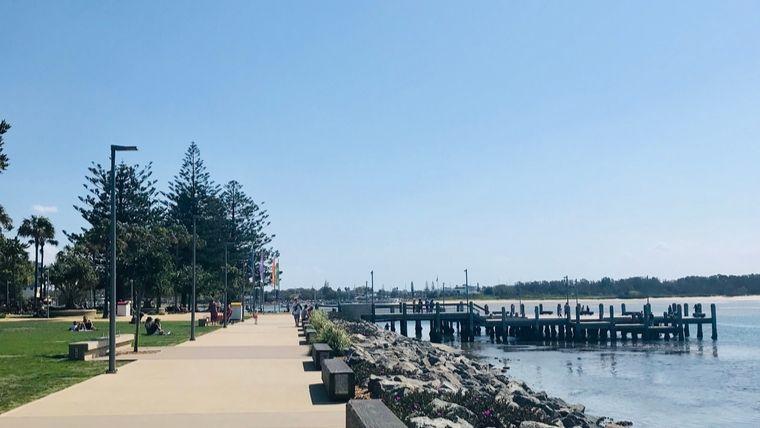川辺の遊歩道
