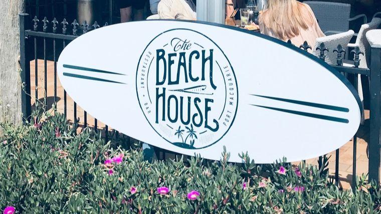 ビーチボードの看板にBeach houseと書かれている