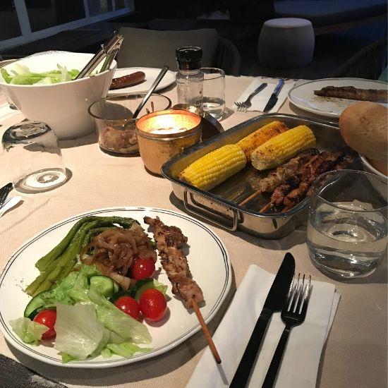 テーブルの上にあるサラダとケバブがのったお皿
