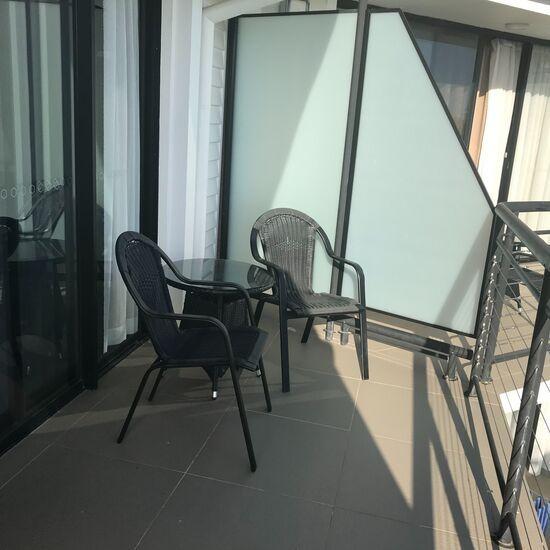 バルコニーにあるテーブルと椅子