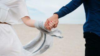 男性と女性が手を繋いでいる