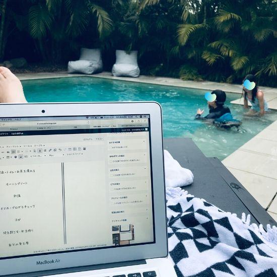 プールサイドとパソコンの画面
