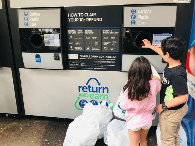 ベットボトルのリサイクルをしている子供
