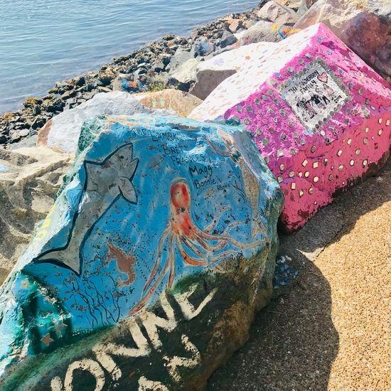 ピンクと青にペイントされた岩