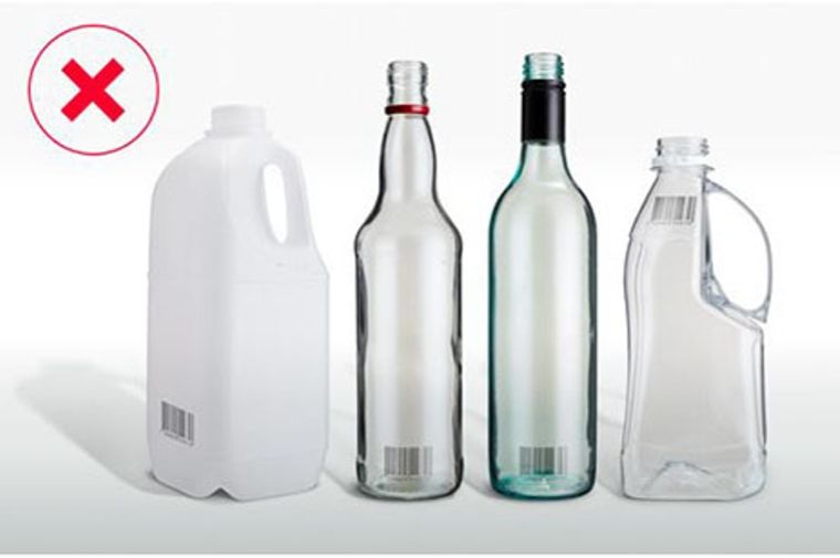 空き瓶、空きボトルが'並んでいる