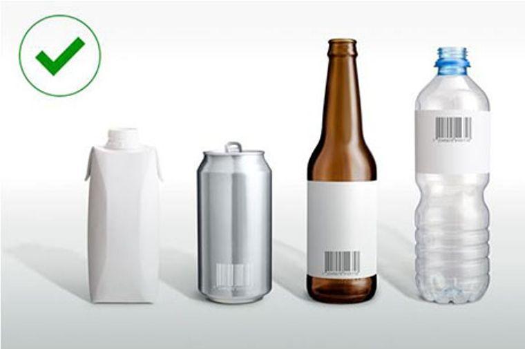 ビール瓶、空き缶、ペットボトルが並んでいる