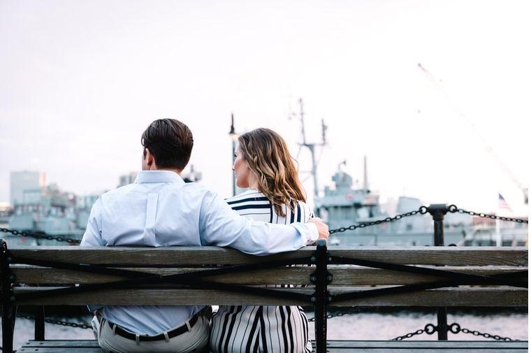 ベンチに座った男性と女性の後ろ姿