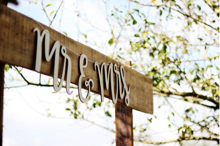 木の枠にあるMr&Mrsのサイン