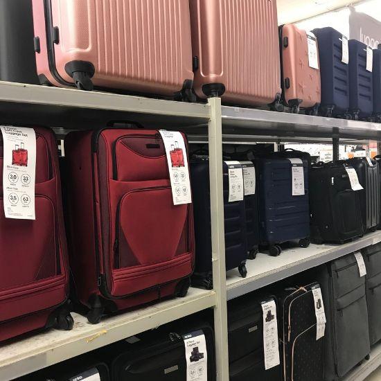 スーツケースが並んでいる棚