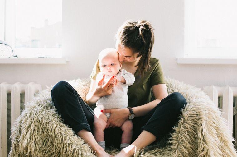 ソファーに座った赤ちゃんとお母さん