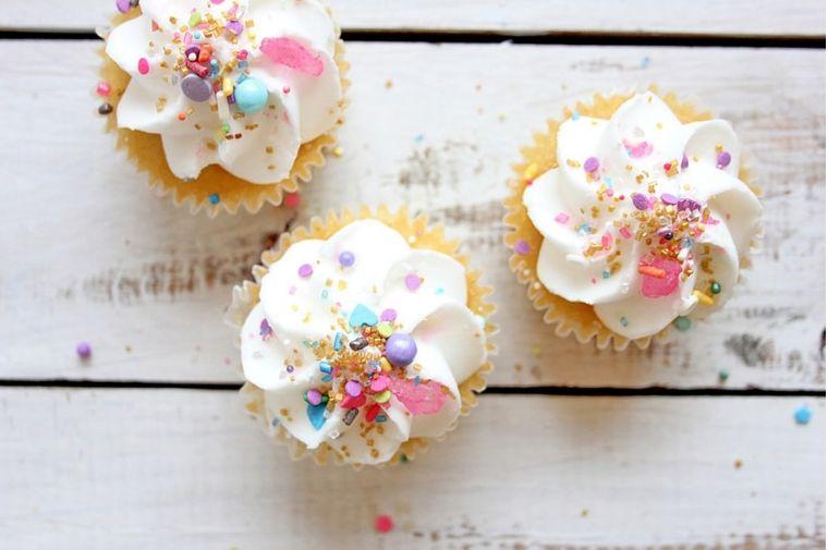 白いカップケーキが3つテーブルに並んでいる