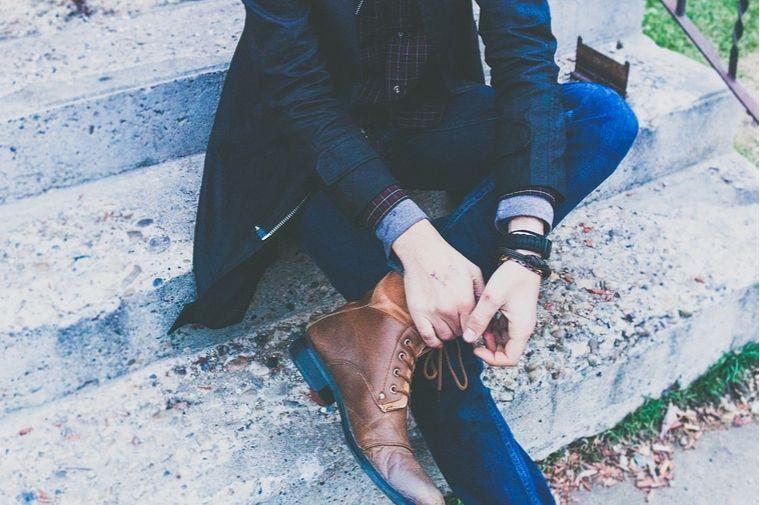 スーツを着た男性の足
