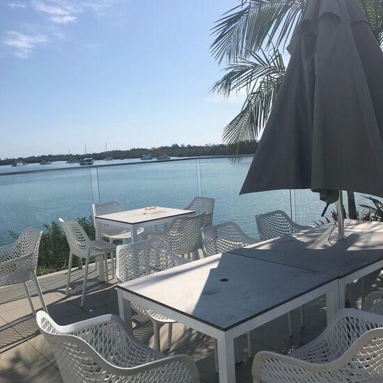 海の見えるテーブル席
