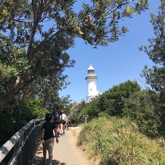 白い灯台と階段