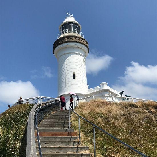 高台に建っている白い灯台