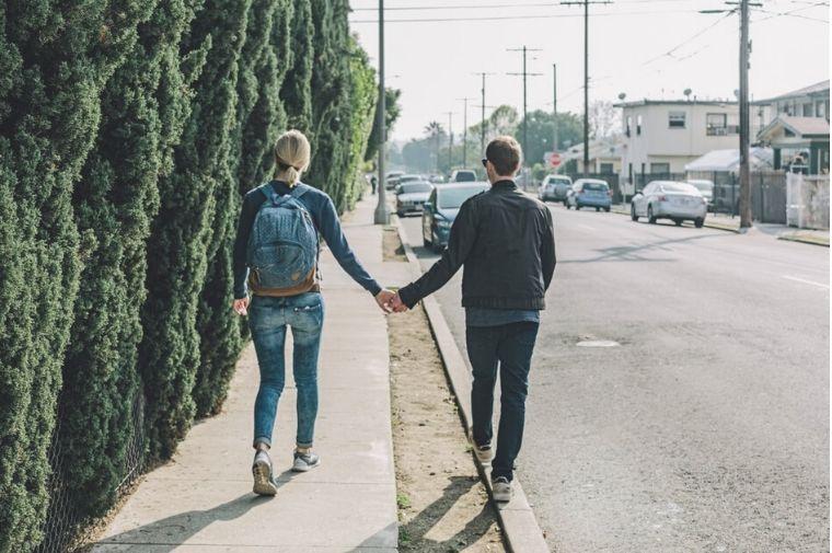 カップルが歩道を歩いている