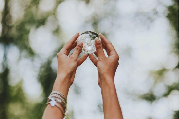 水晶玉を持っている手
