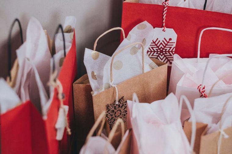 紙袋に入ったクリスマスプレゼント
