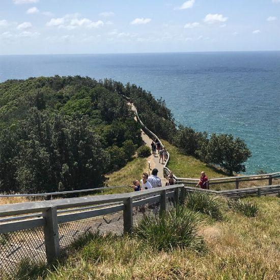 海沿いの階段を上っている人たち