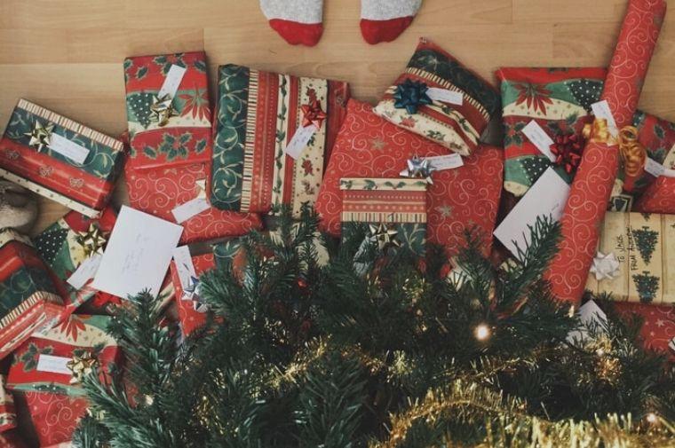 ツリーの下のあるたくさんのクリスマスプレゼント