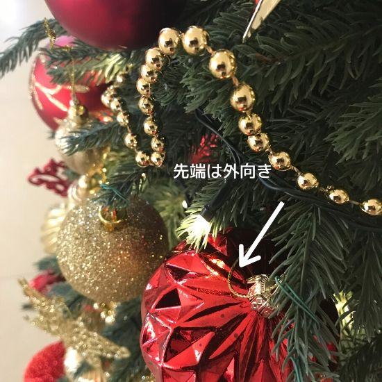 クリスマスツリーと赤と金のオーナメント