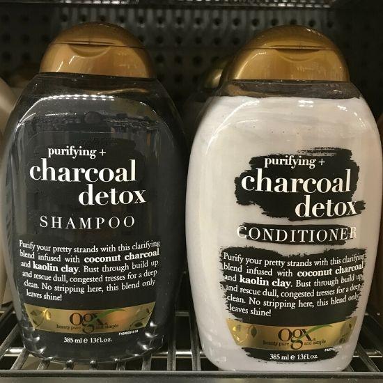 黒と白のボトルのOGXシャンプー Charcoal Detox