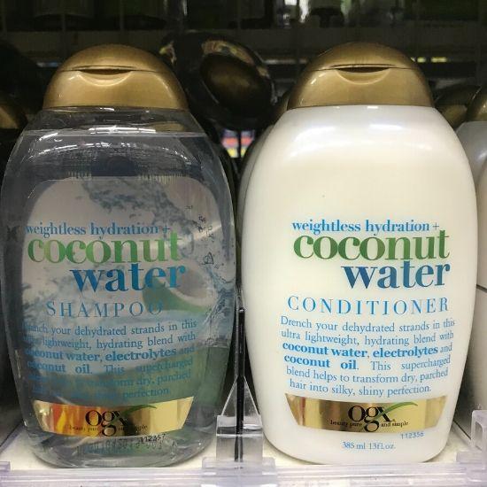 透明と白いボトルのOGXシャンプー Coconuts water