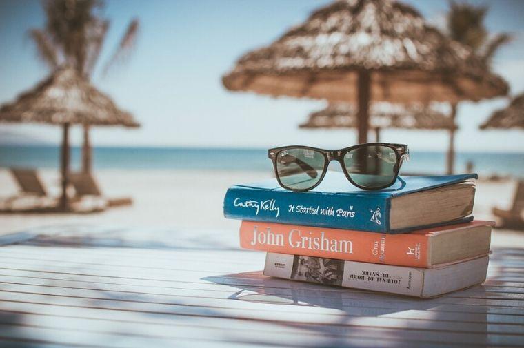 ビーチサイドにある本とサングラス