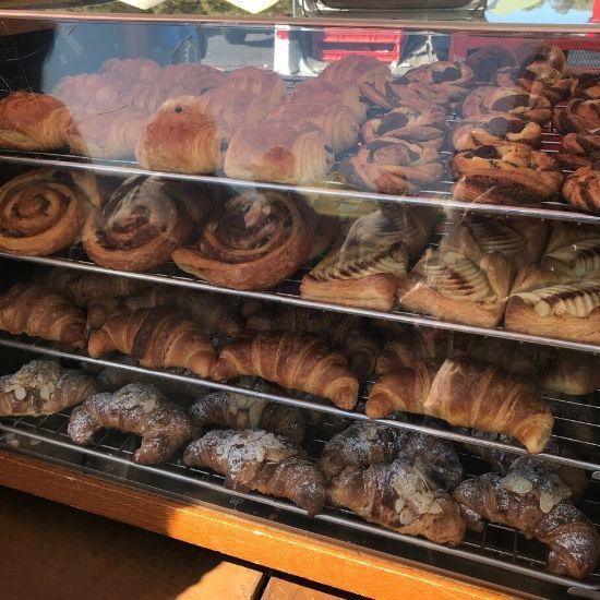 ショーケースに並んだパン