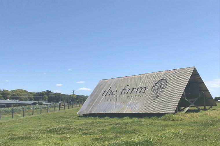 THe Farm 芝生の上にあるThe Farmと書いてある看板