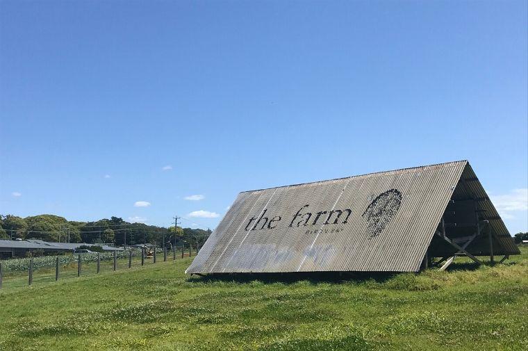 芝生の上にあるThe Farmと書いてある看板