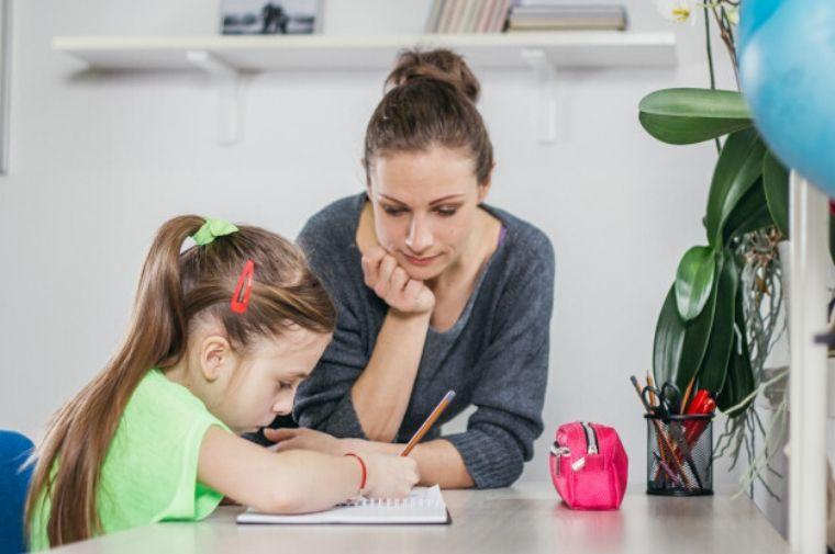 お母さんが娘に宿題を教えてる