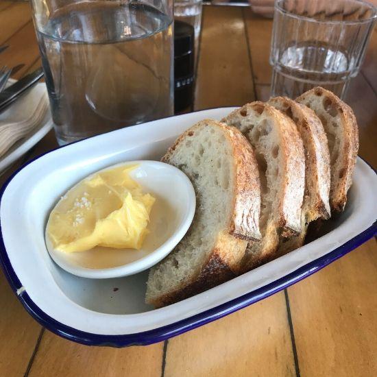 お皿に乗ったパンとバター