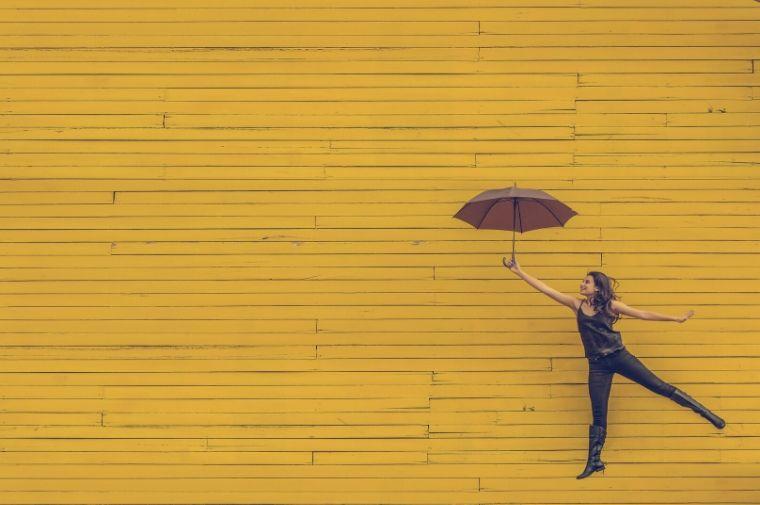 傘を持ってジャンプしている女性