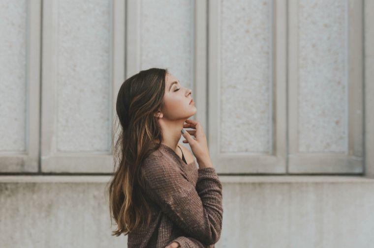 髪の長い横顔の女性