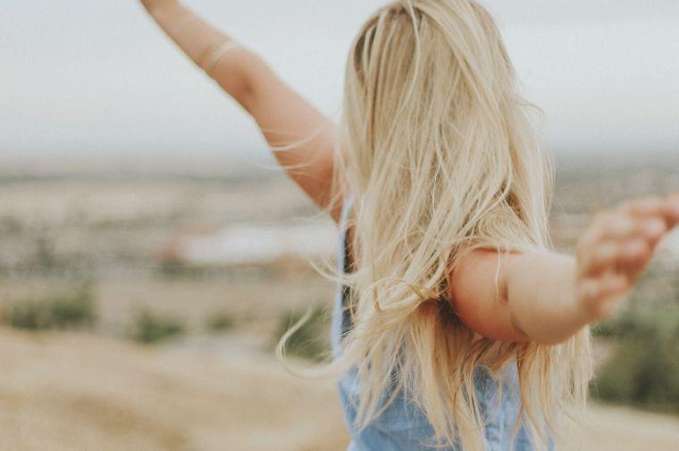 両手を広げて自由を感じている女性