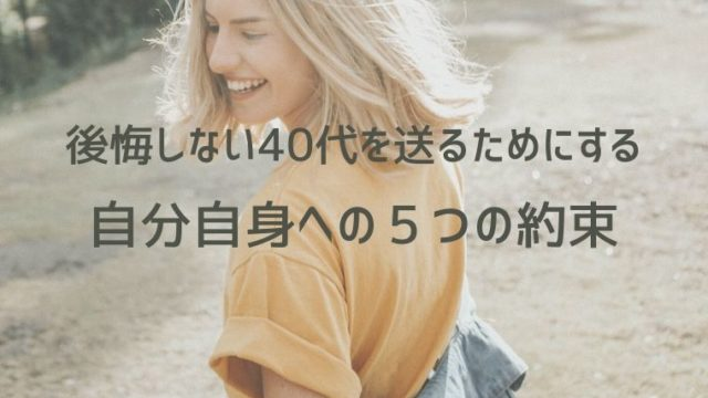 黄色のTシャツをきた女性が振り返って笑っている