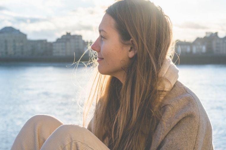 水辺で微笑んでいる女性