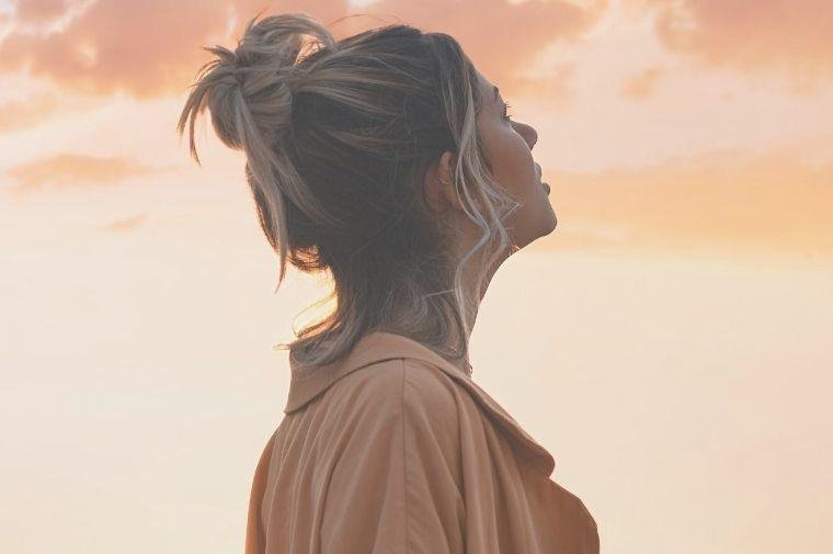 夕日を見ている女性の横顔